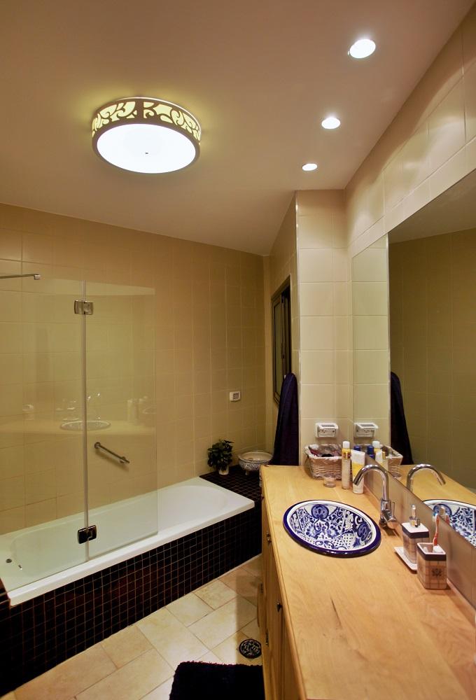 עיצוב חדר אמבטיה בסגנון כפרי בבית פרטי בשרון | מעצבת פנים בשרון - רחלי יעיש
