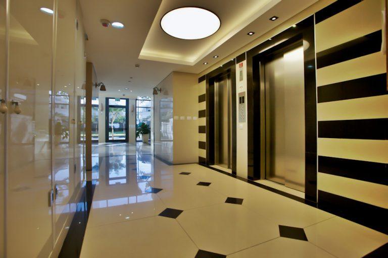 עיצוב לובי בבניין מגורים באיזור השרון | מעצבת פנים בשרון - רחלי יעיש