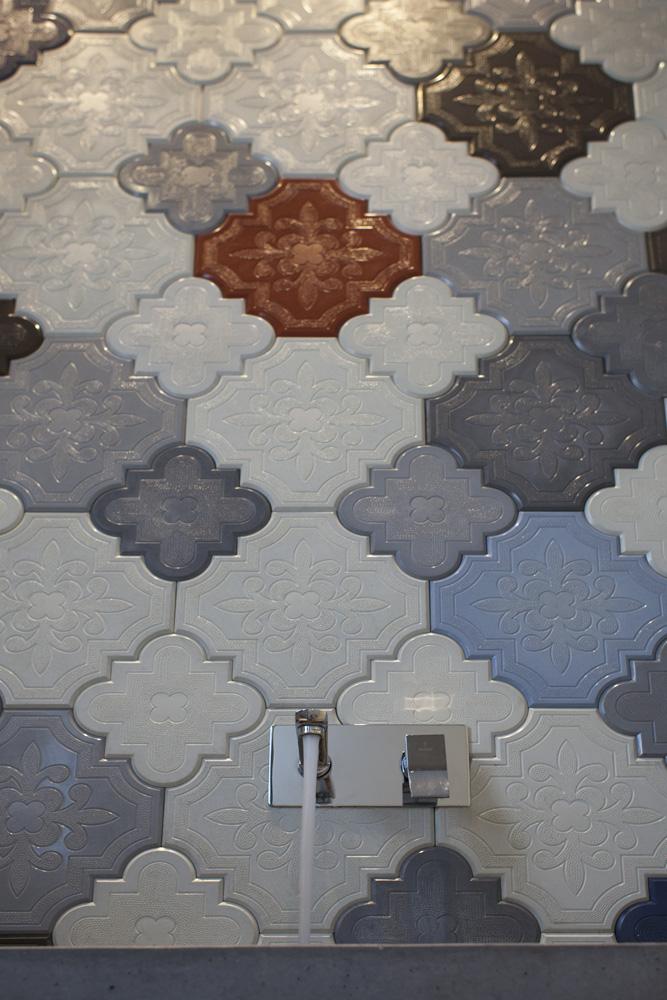 עיצוב מודרני לבית דו קומתי - אריחי חדר רחצה | רחלי יעיש - מעצב פנים במרכז
